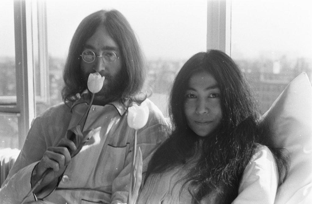 Bed-In_for_Peace,_Amsterdam_1969_-_John_Lennon__Yoko_Ono_16